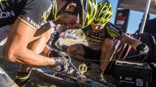 Kristián Hynek (vpravo) a Alban Lakata opravují přetržený řetěz při páteční etapě Cape Epic.