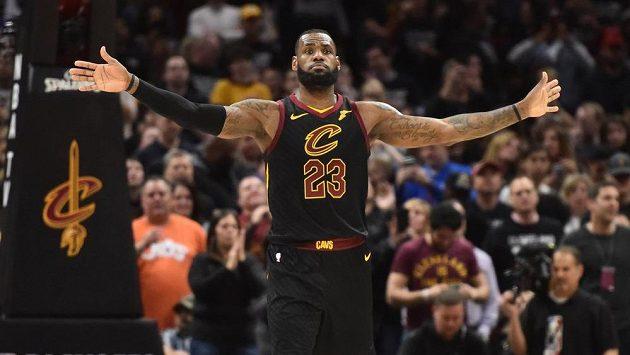 Basketbalista LeBron James dovedl potřinácté v kariéře svůj tým do 2. kola play off NBA.
