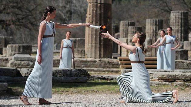 Olympijksý oheň byl v řecké Olympii slavnostně zapálen, do Tokia ale nedoputoval. Hry byly přeloženy na příští rok.