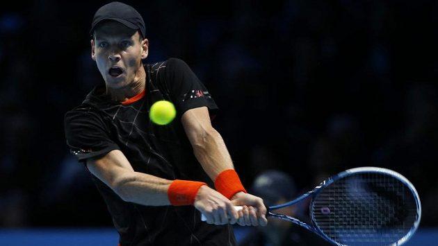 Český tenista Tomáš Berdych v utkání proti Stanu Wawrinkovi na Turnaji mistrů.