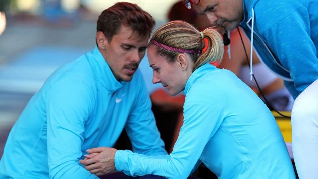 Denisu Rosolovou utěšoval po zranění v Táboře její přítel, desetibojař Adam Sebastian Helcelet.