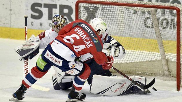 Brankář Chomutova Justin Peters inkasuje v duelu s Pardubicemi pátý gól, překonal ho Brian Ihnačák.