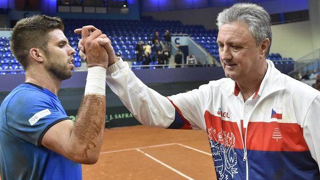 Jiří Veselý z České republiky a kapitán české reprezentace Jaroslav Navrátil se radují z celkového vítězství.