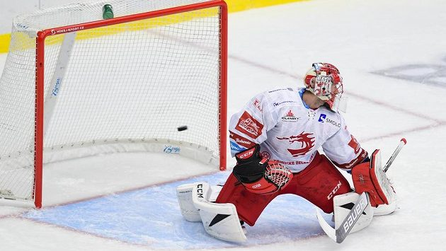 Brankář Marek Mazanec z Třince dostává v Hradci Králové gól.