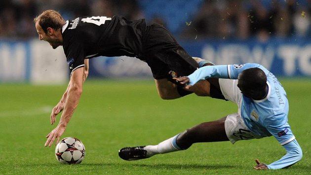 Yaya Touré z Manchesteru City (vpravo) fauluje plzeňského obránce Romana Hubníka během utkání Ligy mistrů na Etihad Stadium.