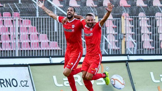 Opora fotbalové Zbrojovky Brno Lukáš Magera se raduje se spoluhráčem Eismannem na archivním snímku.