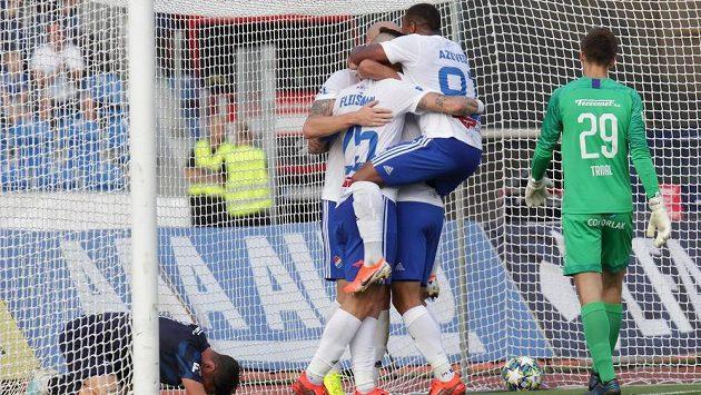 Hráči Ostravy (uprostřed) se radují z gólu. Vlevo je Milan Petržela ze Slovácka a vpravo brankář Slovácka Matouš Trmal.