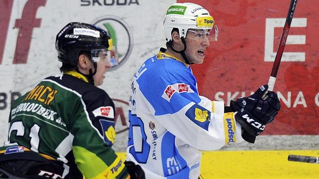 Útočník Plzně Jakub Lev (vpravo) se raduje z gólu.