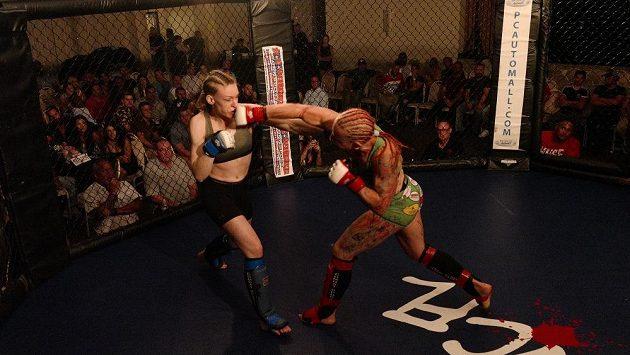 Pavla Kladivová (vpravo) v zápase s Leah Watsonovou.