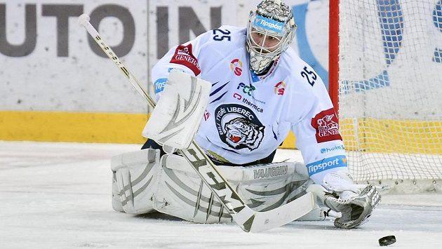 Brankář Liberce Ján Lašák zasahuje v zápase proti Vítkovicím.
