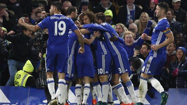 Fotbalisté Chelsea oslavují gól Victora Mosese, kterým otočili průběh duelu s Tottenhamem.