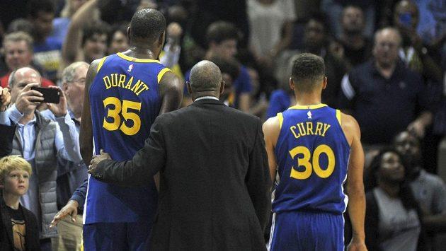 Kevin Durant (vlevo) a Stephen Curry, hvězdy Golden State, odcházejí po vyloučení v zápase na palubovce Memphisu.