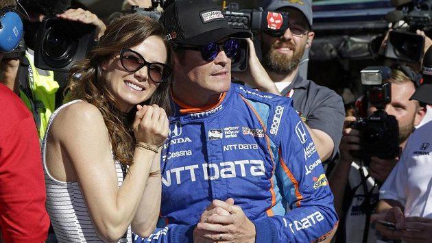 Tady si ještě Scott Dixon s manželkou Emmou užívali radosti po vítězství v kvalifikaci IndyCar, o pár hodin později prožili chvíle strachu.