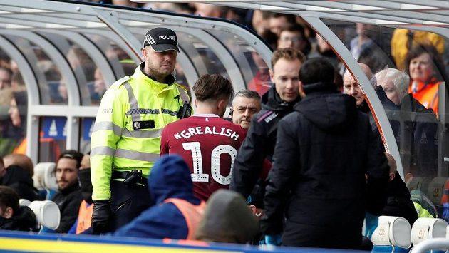 Derby v 36. kole druhé anglické fotbalové ligy mezi Birminghamem a Aston Villou narušilo v úvodu utkání napadení záložníka hostů Jacka Grealishe domácím fanouškem.