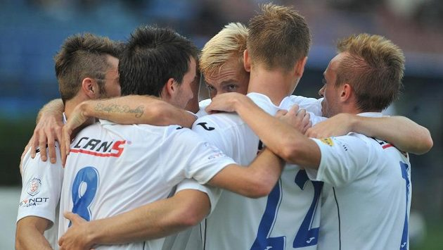 Fotbalisté Ostravy slaví gól proti Mladé Boleslavi v 7. kole Synot ligy.