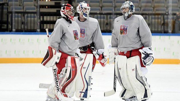 Brankáři Jakub Kovář (vlevo), Alexander Salák (uprostřed) a Ondřej Pavelec během pondělního tréninku české reprezentace v pražské O2 areně.