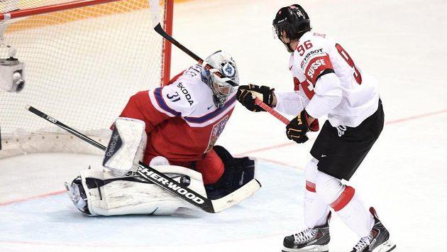 Švýcarský útočník Damien Brunner se snaží překonat českého brankáře Ondřeje Pavelce.