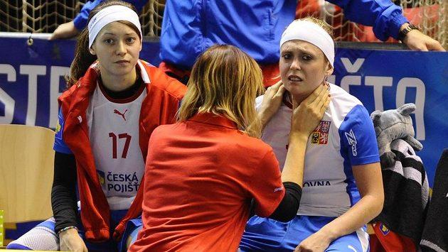 Zraněná česká útočnice Anet Jarolímová (vpravo) a vlevo Hana Sládečková.