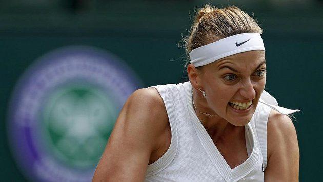 Česká tenistka Petra Kvitová returnuje během osmifinále Wimbledonu. Ilustrační foto.