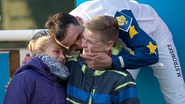 Marek Stromský se dělí o radost po Velké pardubické se svou rodinou.