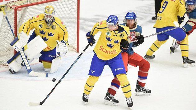 Český útočník Jakub Voráček (uprostřed) se snaží prosadit před brankou Švédů na Carlson Hockey Games v Českých Budějovicích.