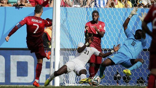 Cristiano Ronaldo takhle dával na 2:1 pro Portugalce. Zabránit tomu nestačil ghanský gólman Fatau Dauda (16) ani John Boye (21).