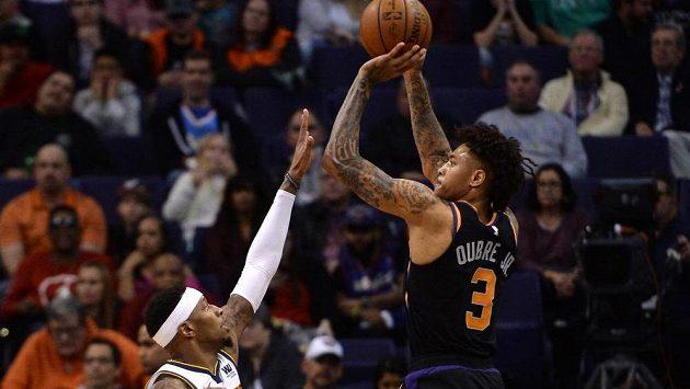 Kelly Oubre (vpravo) z Phoenixu střílí ve vítězném zápase NBA proti Denveru přes Torreyho Craiga.