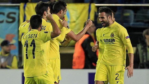 Fotbalisté Villarrealu se radují ze vstřeleného gólu.