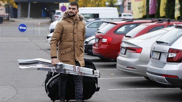 Na sraz hokejové reprezentace přichází Jakub Kovář.