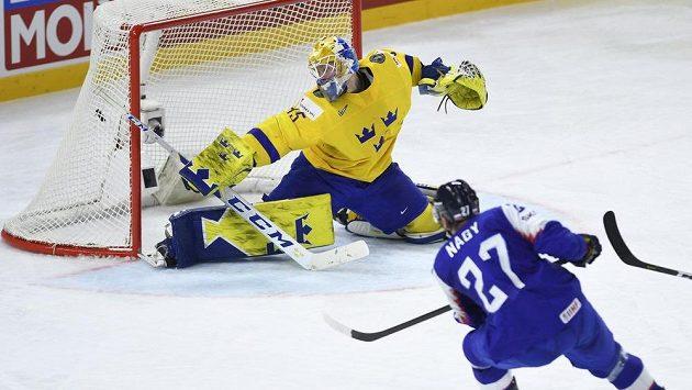 Slovenský útočník Ladislav Nagy střílí gól na 3:3, švédský brankář Magnus Hellberg v utkání naposledy kapituloval.