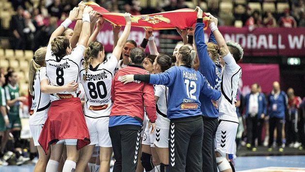 Házenkářky Černé Hory slaví vítězství.