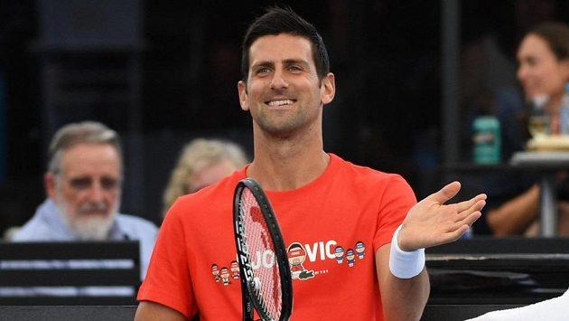 Novak Djokovič během exhibičního zápasu s Jannikem Sinnerem v Adelaide. Zanedlouho začne jeho obhajoba na Australian Open.