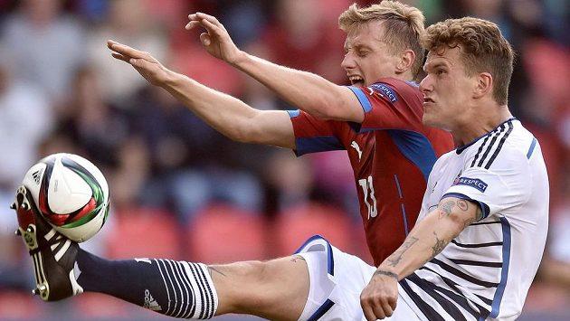 Alexander Scholz z Dánska a český záložník Ladislav Krejčí (vlevo) během utkání EURO 2015 hráčů do 21 let v Praze.