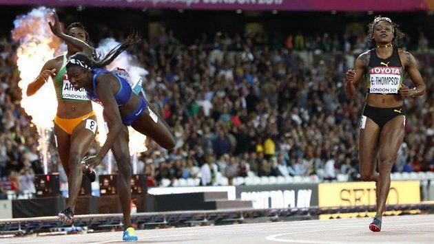Tori Bowieová z USA padá v závěru sprinterské stovky do cíle pro světové zlato. Vpravo olympijská vítězka Elaine Thompsonová z Jamajky,která v Londýně na medaili nedosáhla.