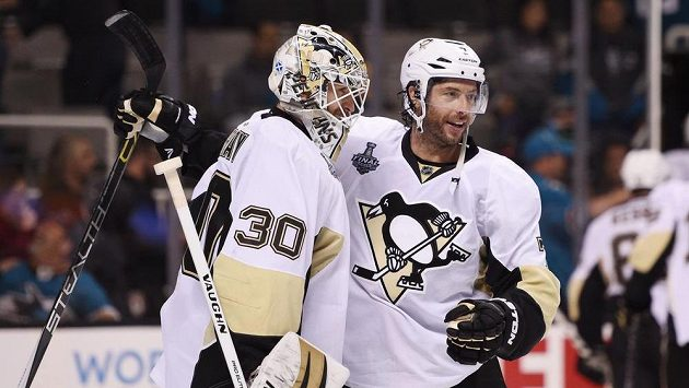 Brankář Pittsburghu Matt Murray (30) a Matt Cullen (7) po výhře ve čtvrtém utkání finále bojů o Stanley Cup se San Jose.