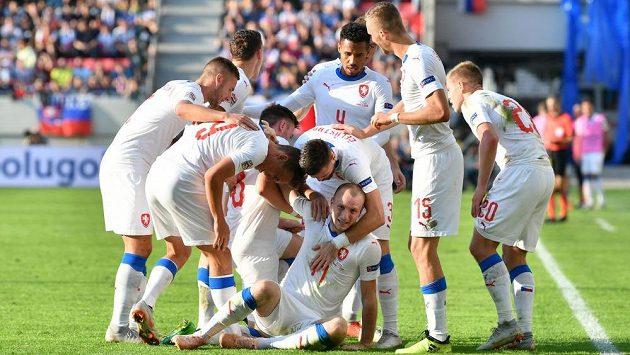 Čeští fotbalisté slaví úvodní branku utkání