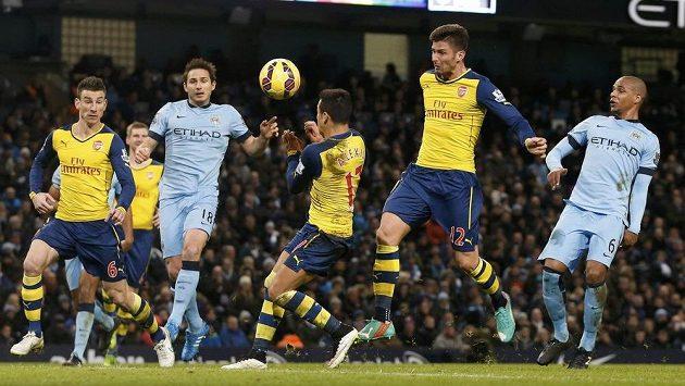 Olivier Giroud z Arsenalu (12) hlavičkuje míč do sítě Manchesteru City.