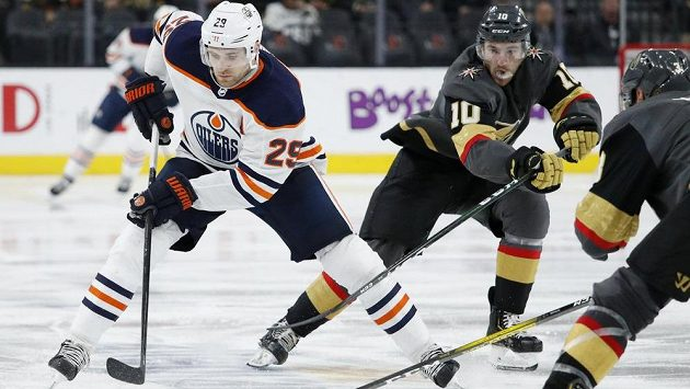 Centr Edmontonu Leon Draisaitl bojuje s hráči Las Vegas - ilustrační foto.