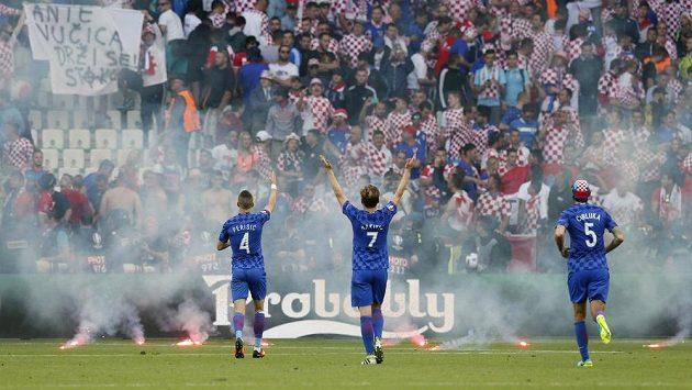 Chorvatští příznivci zaházeli hřiště světlicemi a dělbuchy, uklidňovali je vlastní hráči.