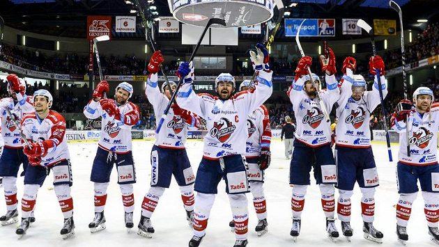 Hokejisté Pardubic slaví vyhrané utkání a záchranu v extralize, na snímku uprostřed je Tomáš Rolinek.