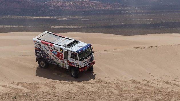 Martin Kolomý projíždí dunovým polem