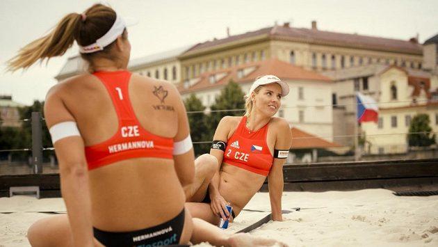 Netradiční exhibice na Vltavě odstartovala pražský turnaj v plážovém volejbalu. V akci byly i Markéta Nausch Sluková a Barbora Hermannová.