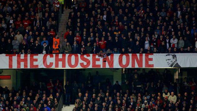 Na Old Trafford visí od začátku sezóny tento transparent s napisem Vyvolený. Fanoušci hodlají letadlo vyzbrojit jiným nápisem: Ten nepravý; Moyes ven.