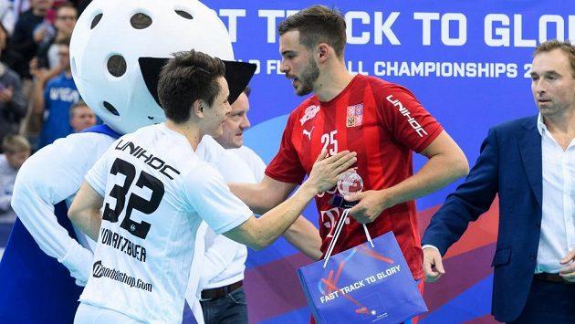 Tom Ondrušek (v červeném) přijímá gratulace k ocenění pro Muže zápasu.