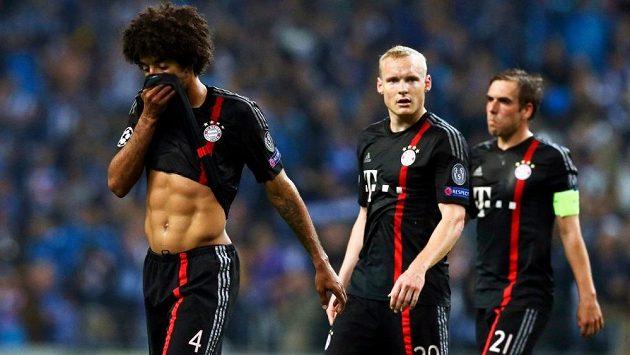 Zklamaní fotbalisté Bayernu Mnichov zleva Dante, Sebastian Rode a Philipp Lahm po prohře v Portu.