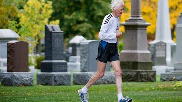 Ed Whitlock - tady, na hřbitově odtrénoval nejvíce ze svých kilometrů.