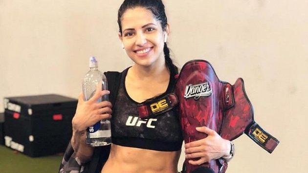 Usměvavá tvář, která si ale ví rady. Zápasnice UFC Polyana Vianaová si dokázala poradit s lupičem, který ji přepadl.