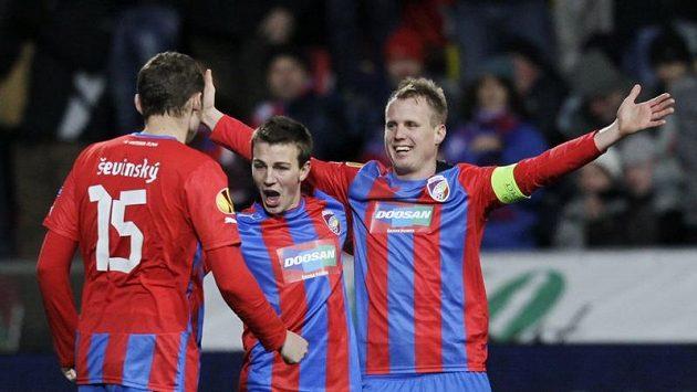 David Limberský se raduje se svými spoluhráči Vladimírem Daridou a Františkem Ševinským z vítězství nad Atlétikem Madrid.