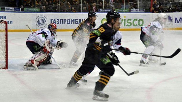 Brankář Petrohradu Jakub Štěpánek brání útok Atlantu ve čtvrtfinále KHL.
