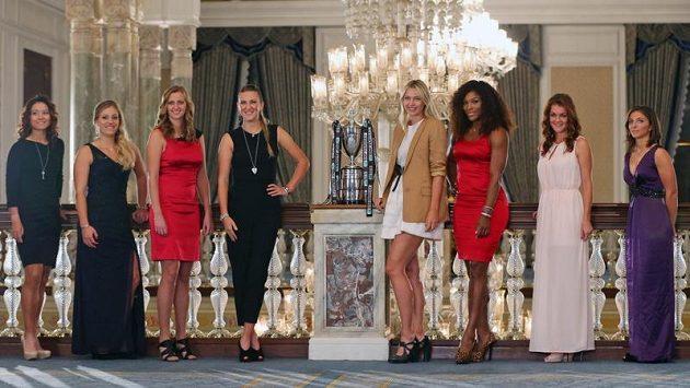Osm nejlepších tenistek bojujících na Turnaji mistryň - zleva Číňaka Li Na, Němka Angelique Kerberová, Petra Kvitová, Běloruska Victoria Azarenková, Ruska Maria Šarapovová, Serena Williamsová z USA, Polka Agnieszka Radwaňská a Sara Erraniová z Itálie.